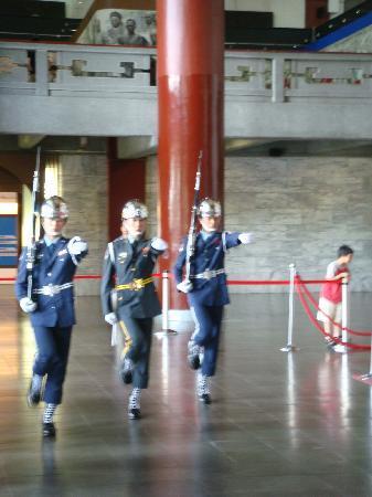 Royal Biz Taipei: Changing the gaurd at Sun Yat-Sen memorial hall
