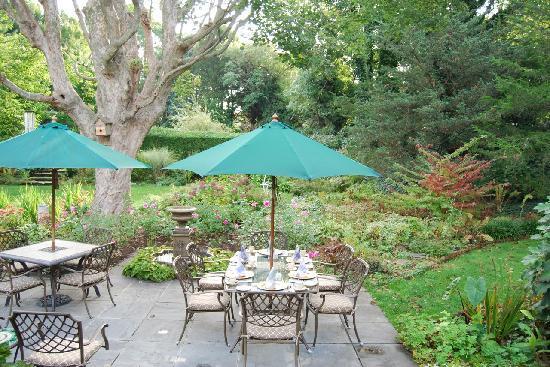 A Butler's Manor: Breakfast in the Garden