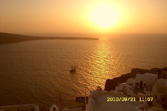 Bellisimo atardecer en Oia, Santorini, Grecia