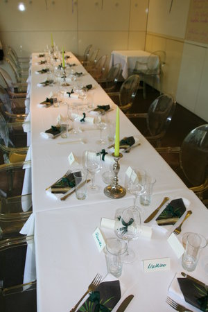 L421 : Tisch bei Feier