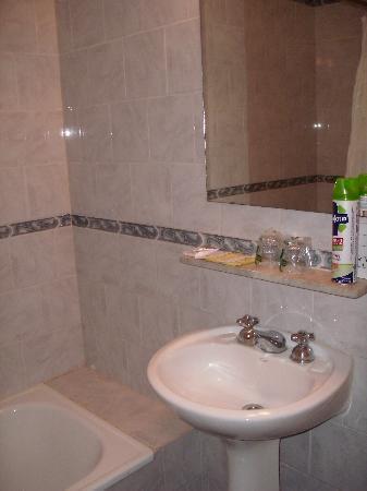 Victory Hotel: Baño