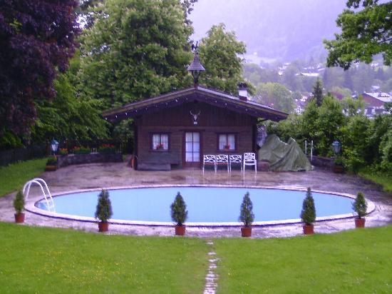 Villa Mellon: Blick auf Schwimmbad und Häusl