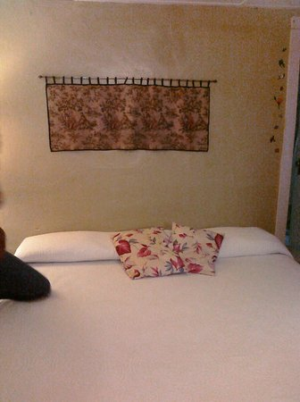 River View Hotel: king bed room 1
