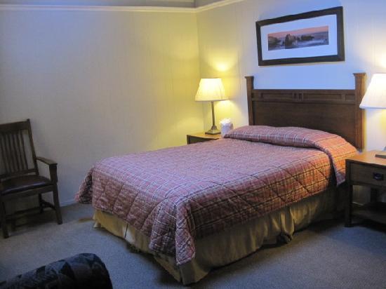 Big Sur Lodge: Front bedroom/living area of 2 bedroom queen cottage