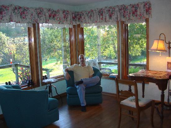Hawk Valley Retreat & Cottages: Living room looking out onto the lake.