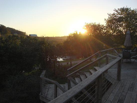 Hawk Valley Retreat & Cottages: Sunset on the deck.