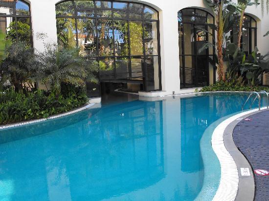 vue sur la piscine exterieur interieur photo de porto. Black Bedroom Furniture Sets. Home Design Ideas