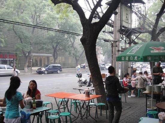 Peking, Kiina: Strassenszene am Kapok Hotel