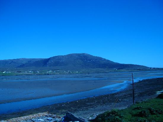 Ostan Gob A'Choire - Achill Sound Hotel: The view from the rear of the hotel