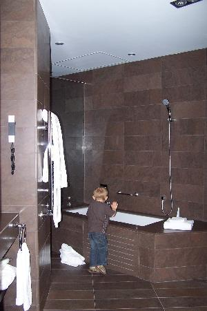 El Palace Hotel: large bathroom