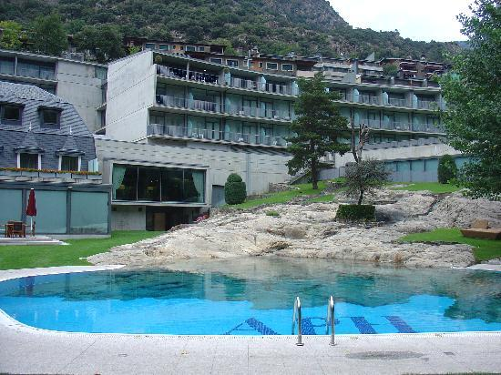 Andorra Park Hotel: View of hotel from pool