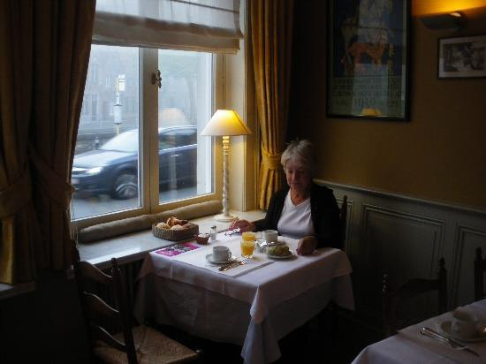 Hotel Ter Duinen: Breakfast overlooking the canal