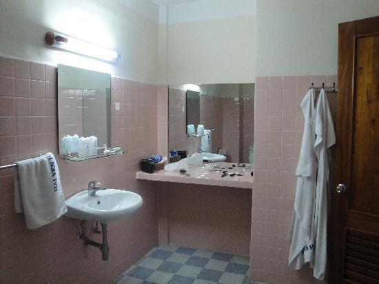 Tropicana Hotel: Bath