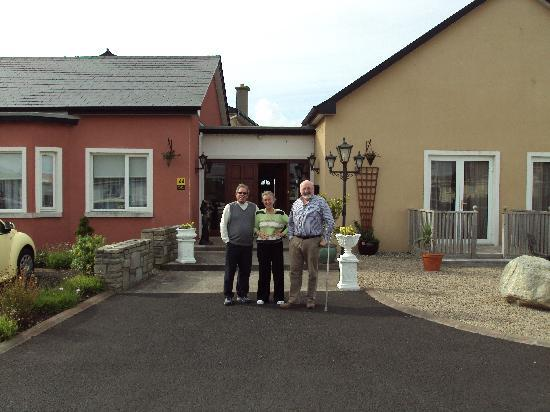 Enniscrone, Irlanda: Art with Dermot and Alanna in front of Seasons Lodge