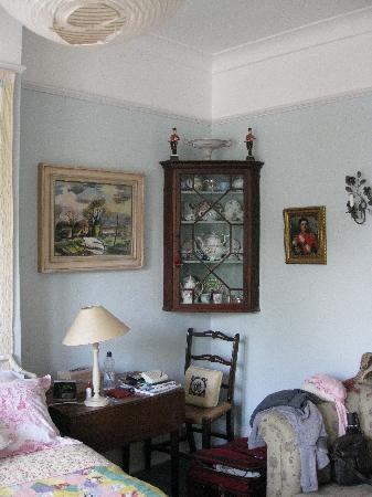 Fox Hill Bed & Breakfast: Corner of room showing antiques