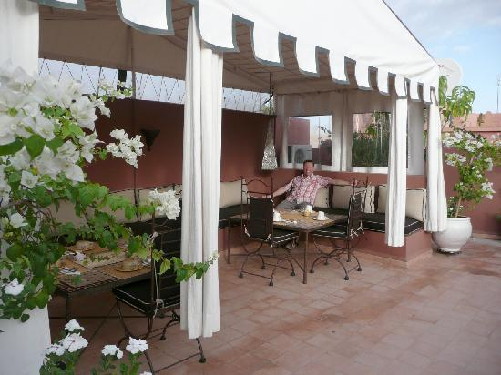 Riad Noor Charana: breakfast on shaded roof terrace