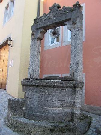 Schrannenplatz: old well