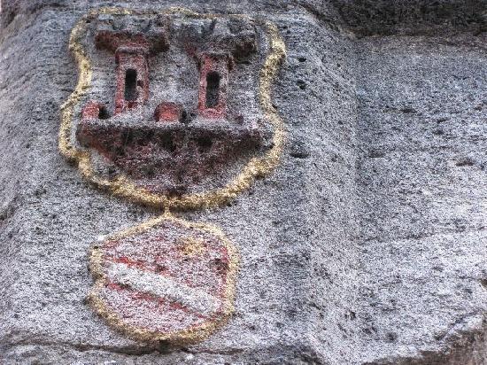 Schrannenplatz: coat of arms at the well
