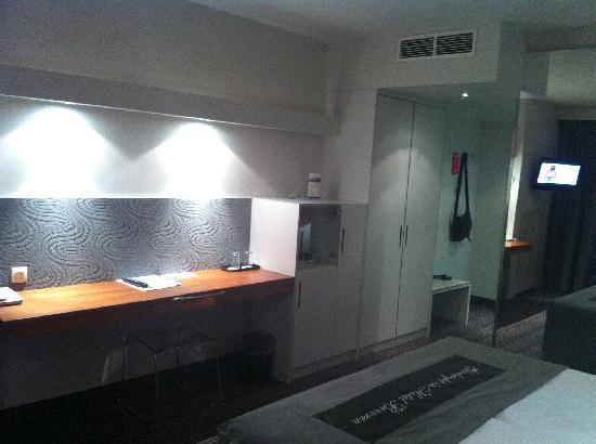 Van der Valk Hotel Beveren: Desk and Entrance area