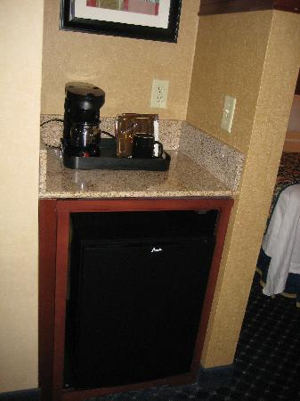 Courtyard by Marriott Wall at Monmouth Shores Corporate Park: Mini Fridge (no Freezer) and Coffeemaker