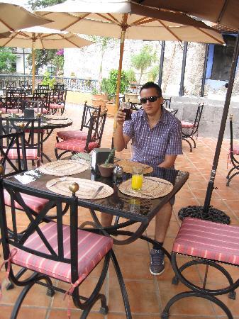 La Abadia Tradicional: buen restaurant y con vista a la calle