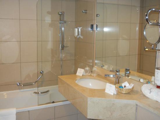 Golden Tulip Victoria - Bucharest: bath 1