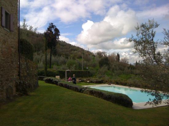 Casali in Val di Chio by Famiglia Buccelletti: Piscina La Guardata