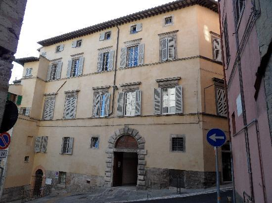 B&B San Fiorenzo: Entrance to b&b through arch.