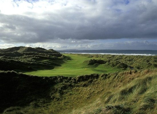 Enniscrone, Irlanti: 16th Hole set between the Dunes and the sea