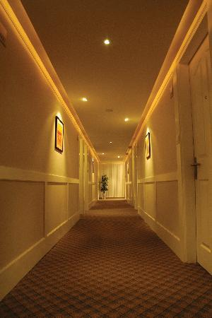 HOTEL SKYLON LOBBY