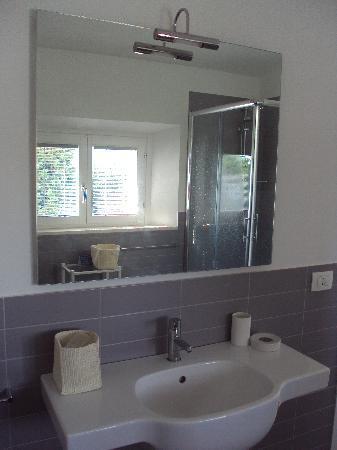 B&B Villa Peragnola: Cuarto de baño amplio y moderno