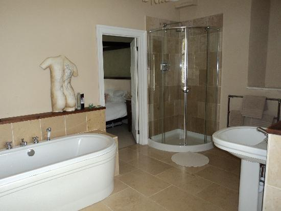 At The Manor: Our Gorgeous Bathroom