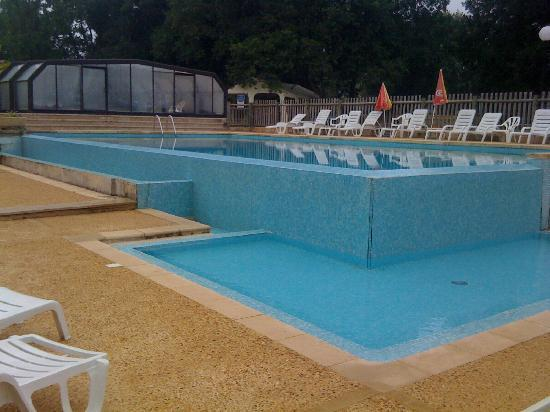 Piscine ext rieure et jaccuzzi derri re photo de for Camping sarlat avec piscine