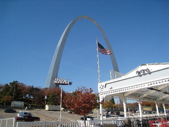 Gateway Arch, vom Mississippi aus gesehen.