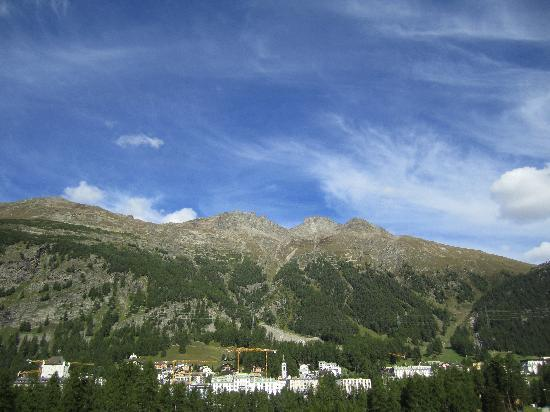 Grand Hotel Kronenhof: The hotel from the otherside of the valley in Pontresina