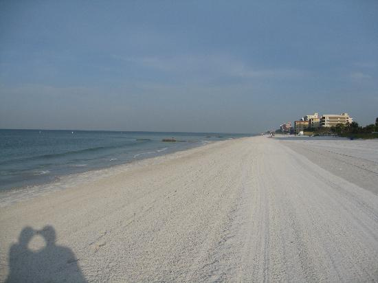 Gulf Gardens Resort: Almost felt like a private beach!