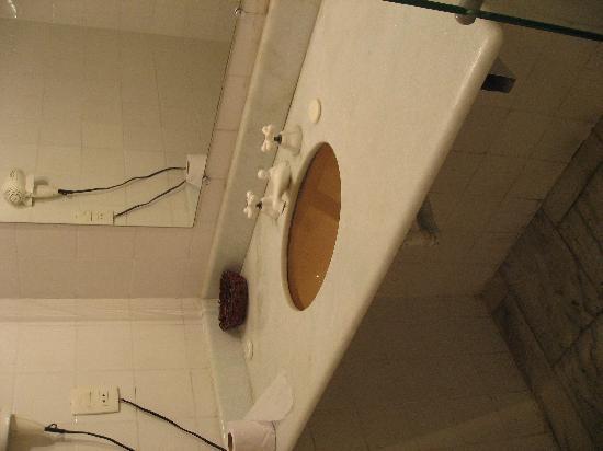 San Marino Hotel & Suites: El lavavo, nada de articulos de aseo, una pastilla de jabon y ya esta