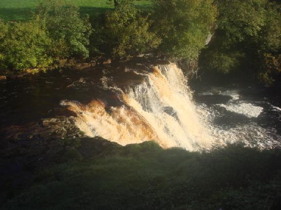 Keld, UK: Waterfall at rear of bunkhouse
