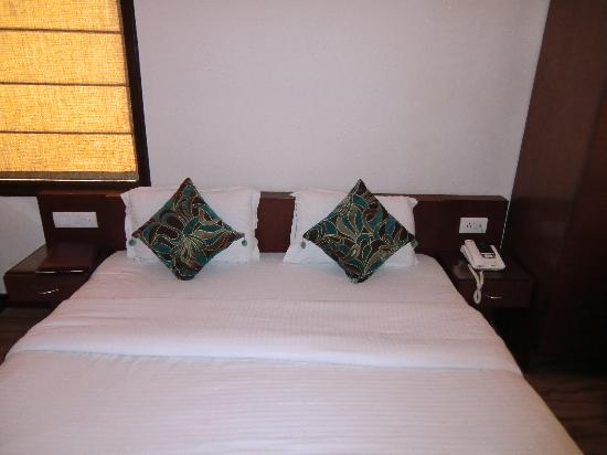 Hotel The Daanish Residency : My bed!