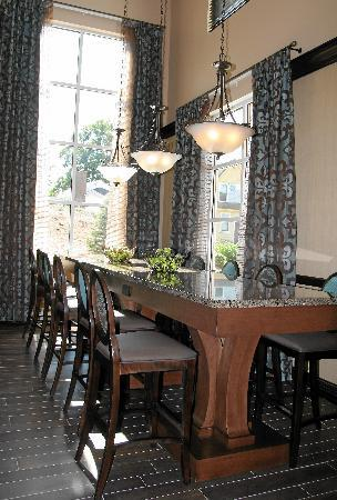 Hampton Inn & Suites Exeter: Community Table