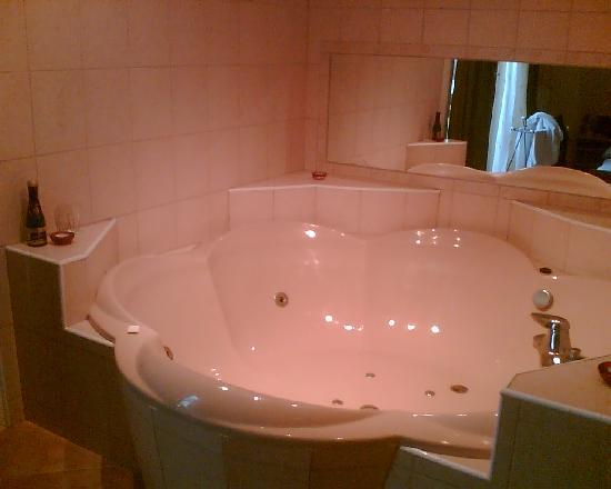 B&B Hotel Budapest: Upgrade room with a built-in jacuzzi