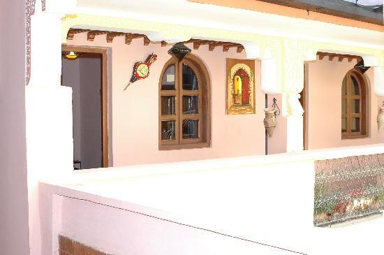 Ines Palace: couloir et balcon devant les chambres et au dessus de la salle de restaurant
