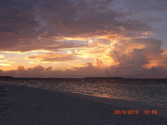 Adaaran Select Meedhupparu: The beach at sunset