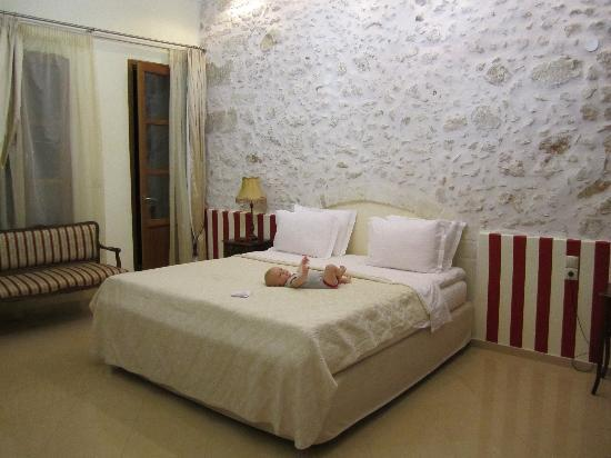 Casa Moazzo Suites & Apartments: Benjamin inspects the bed in the aphrodite suite
