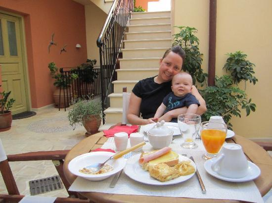 Casa Moazzo Suites & Apartments: Breakfast in the courtyard