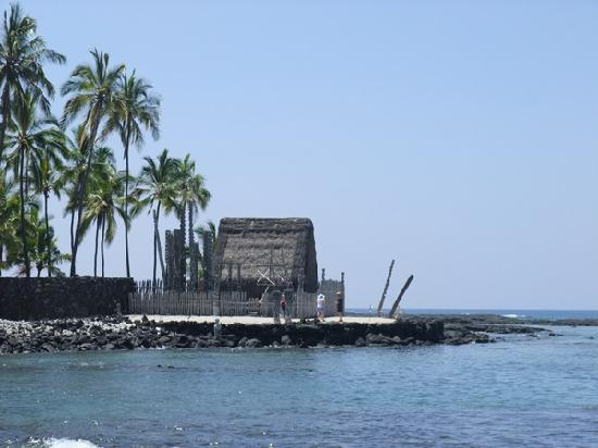 Pu'uhonua O Honaunau National Historical Park: Einer der Tempel direkt am Meer