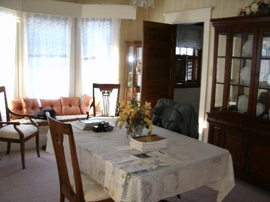 Turtle Street Bed and Breakfast: Dinning room