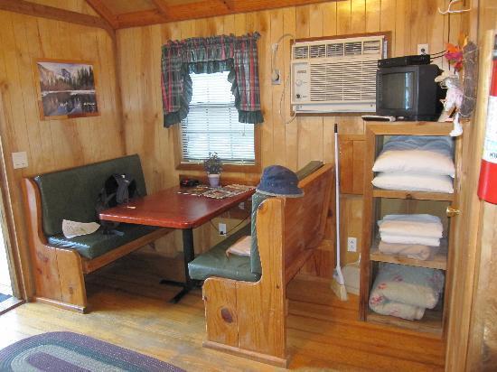 Yosemite Ridge Resort : our lovely little cabin, eating area