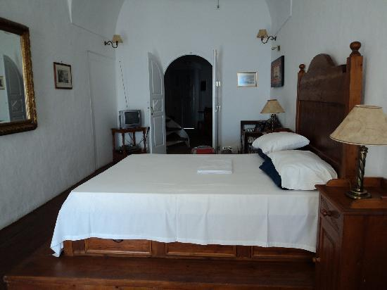 Old Oia Houses: The beautiful, roomy bedroom