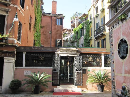 Hotel La Fenice Et Des Artistes: Entrance to hotel